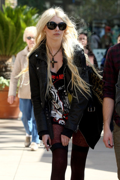 Momsen taylor + + 2011 + fevereiro candid3_large
