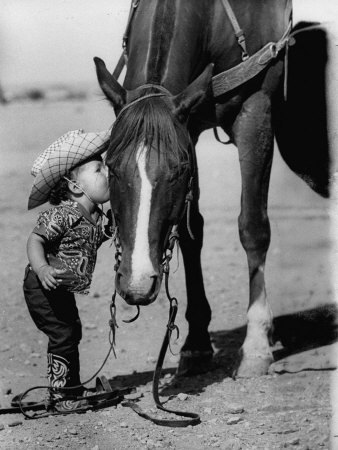 Grant-allan-jean-anne-evans-14-month-old-texas-girl-kissing-her-horse_large