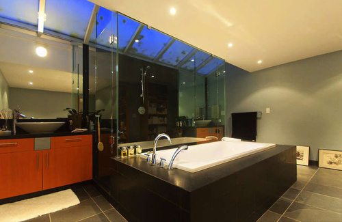 http://data.whicdn.com/images/21093211/Large-modern-bathroom-in-Twilight-house_large.jpg