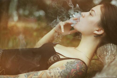 mujeres y cigarrillo