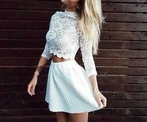 白レースブラウスと白スカート着こなし 写真