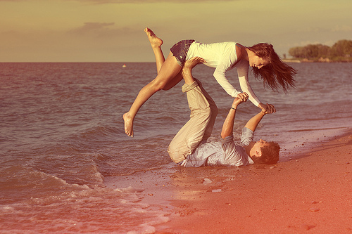 Beach-boy-color-girl-in-love-favim.com-306362_large