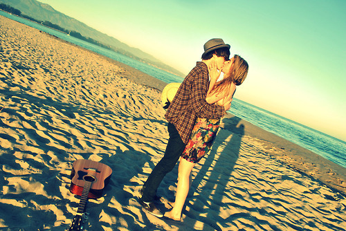 Boy-girl-guitar-kiss-love-photography-favim.com-73672_large