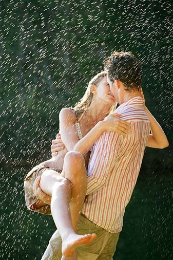 Kisa - Page 4 Passionate+Hot+Couple+Kissing+in+Rain+13_large