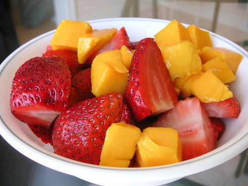 Fresh-fruit-peach-strawberries-yummy-favim.com-319770_large