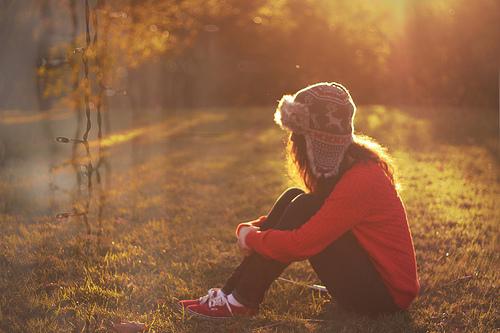 Dívka-trávy-hat-keds-docela-favim.com-321313_large