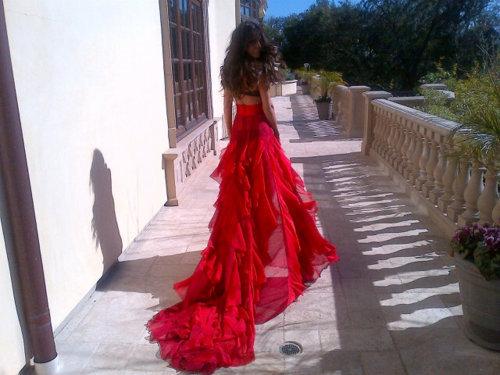 Брюнетка в длинном платье