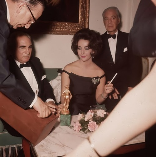 Smoking Is Sexy : Elizabeth Taylor