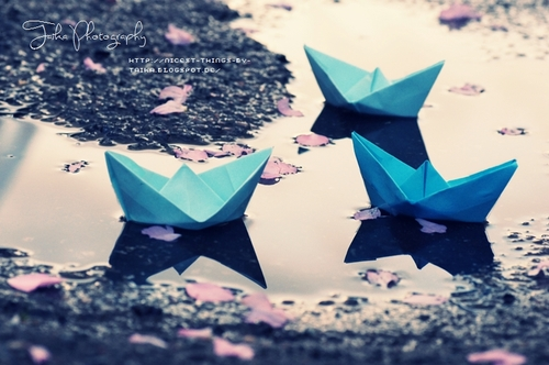 Blue_paperboats_rain_large