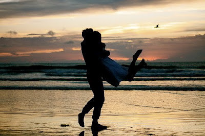 Beach_couple_cute_hug_love_sunset-3ed75ba2c6ff89230591334af37ea2b3_h_large