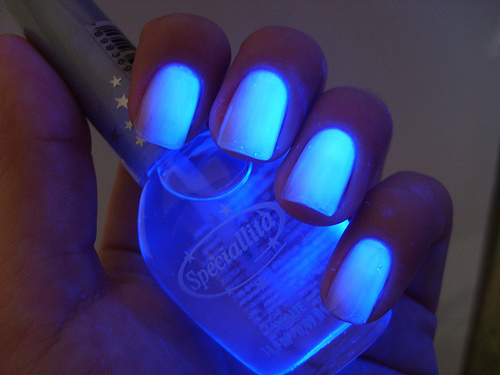 Blue-cool-cute-girl-glow-in-the-dark-favim.com-403900_large