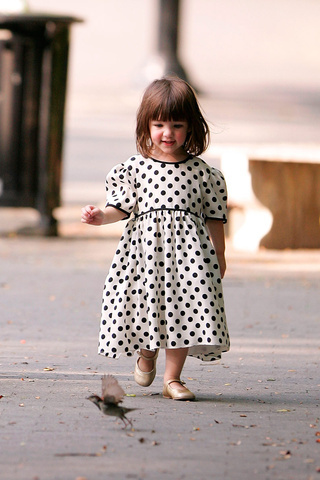 Suri_cruise_pequena_fashionista_8603097_320x480_large