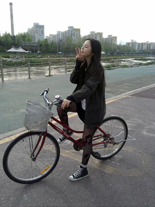 20120429 soheebike large Sohee poses cutely on her bike, showing off her killer fashion