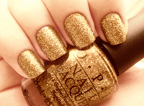 Girl-glitter-gold-makeup-nail-varnish-favim.com-414144_large