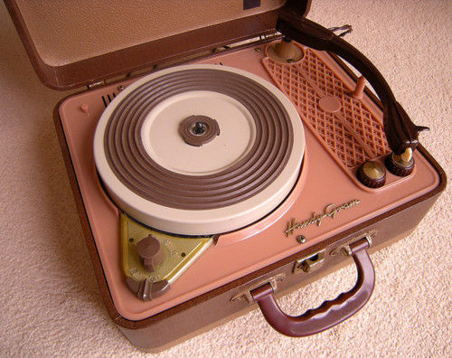 Google Image Result for http://4.bp.blogspot.com/-QIZo0Pz8aHo/TrMVMQsgWsI/AAAAAAAABE0/OOe42Ys8gWo/s1600/Portable-Record-Player.jpg