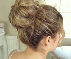 easy blond messy bun