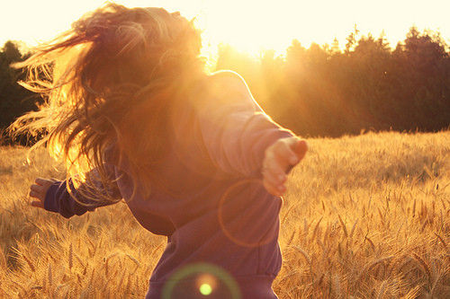 Girl_sun_pretty_running_freedom_sunlight-fb8641fa231ee1cbdd389e2f773a1b3b_h_large