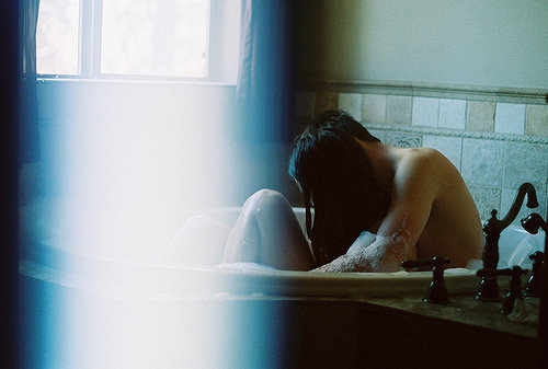 Analog-bath-cute-elena-e-stefan-girl-favim.com-432068_large