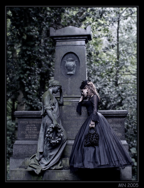 Sad-goth-girl-near-the-monument_large