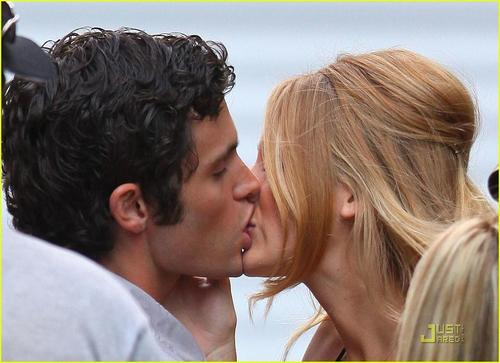 934_blake-lively-penn-badgley-kiss-crazy-and-penn-badgley-1316965058_large