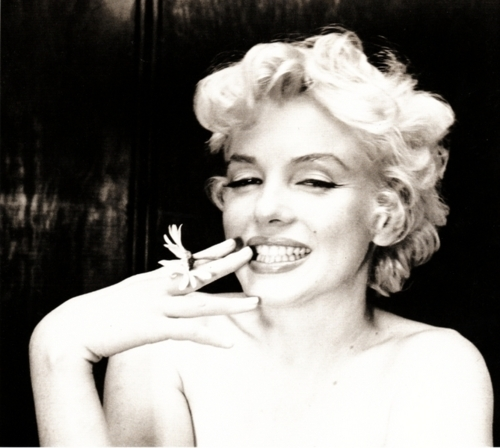 Marilyn Monroe in Pictures & Quotes Marilyn Monroe with flower – Fifties Wedding