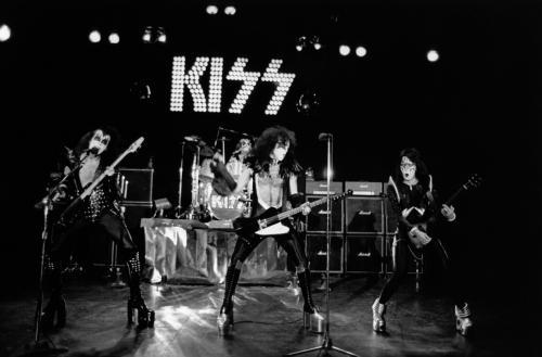 Kiss-q5iw_o_tn_large