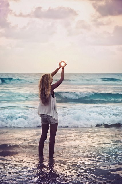 Blonde-girl-hands-light-ocean-favim.com-449650_large