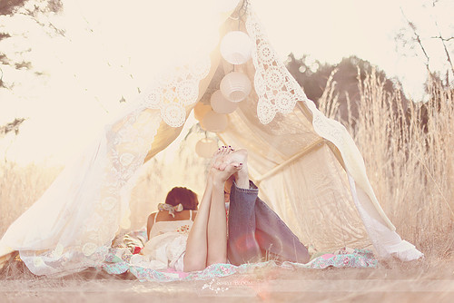 Cute_love_couple_night_photography_tent-a2a05df00b0e847f79b0fc9764db3cb7_h_large