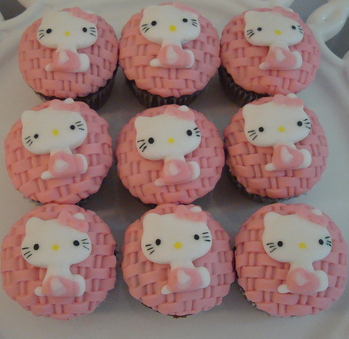 Hello-kitty-cupcakes_large