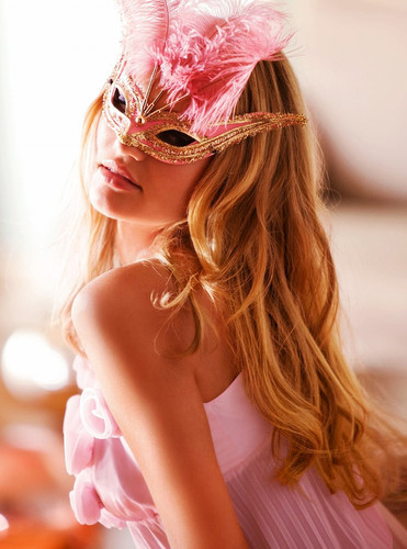 Model_hair_mask_pink_blonde_dreamy-482dde3589025aec7a67c117d2cb3b9c_h_large