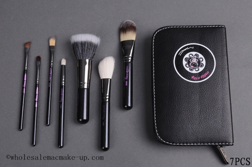 Mac_hello_kitty_7piece_brush_set_with_black_pouch_7pcs_large