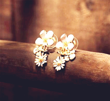 rings&pop--OPEN Cute_20white_20flower_20earrings-f29309_large