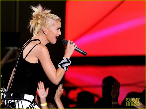Gwen-stefani-no-doubt-perform-at-teen-choice-awards-2012-22_large