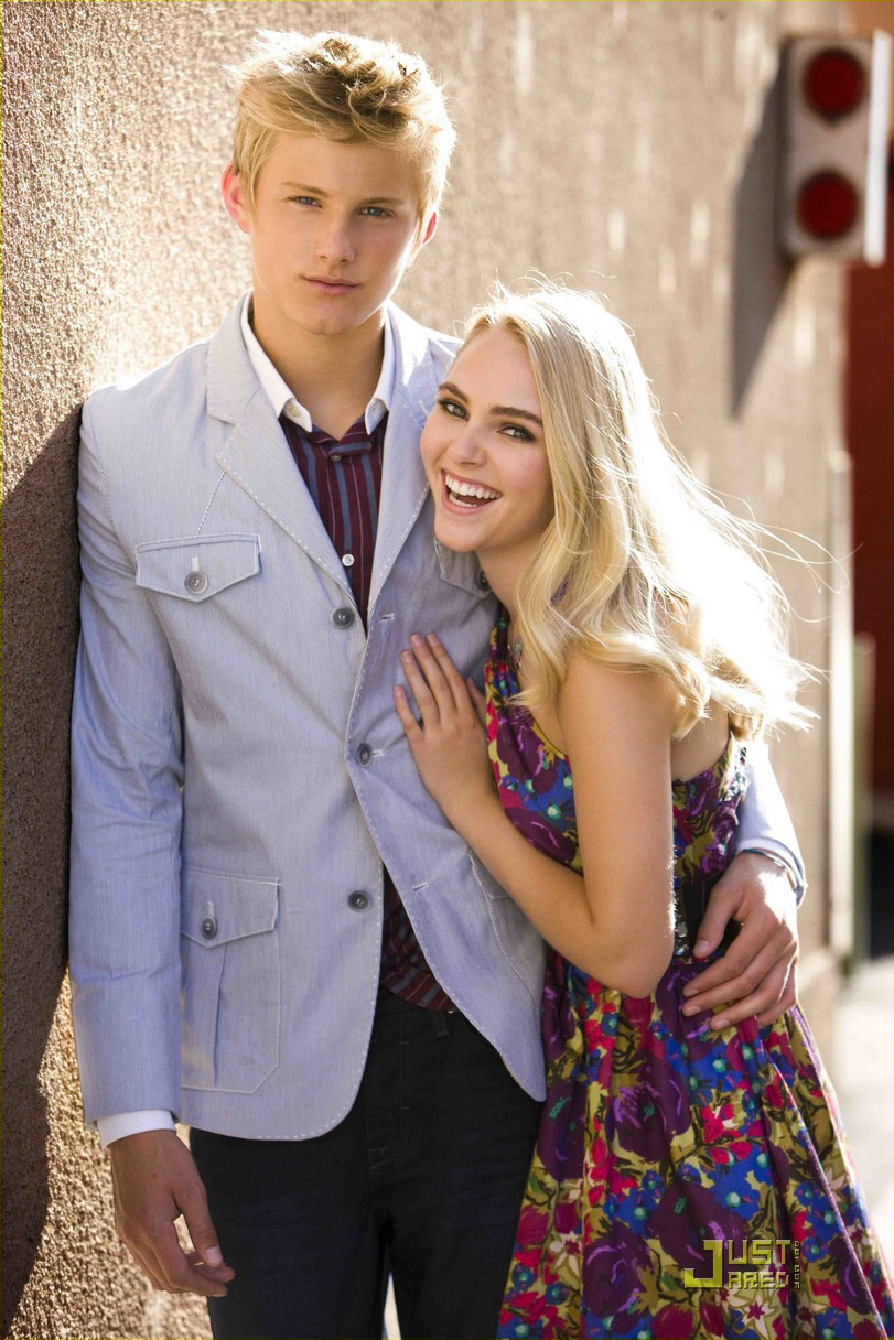 Who is AnnaSophia Robb dating? Also, find out about her past affairs,  relationships, dating rumors, gossips, a bit about her personal life and  more.