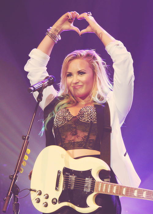 Demi-performing-in-camden-new-jersey-demi-lovato-31800041-500-700_large