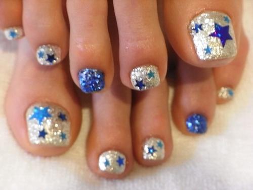 Педикюр со звездами и блестками сине-серебряный