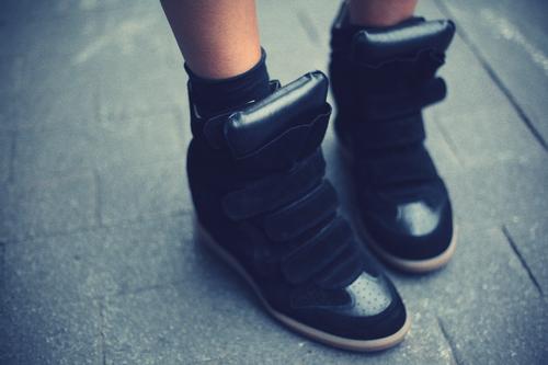 კედები ქუსლებზე: სილამაზე და კომფორტი ერთ ფეხსაცმელში