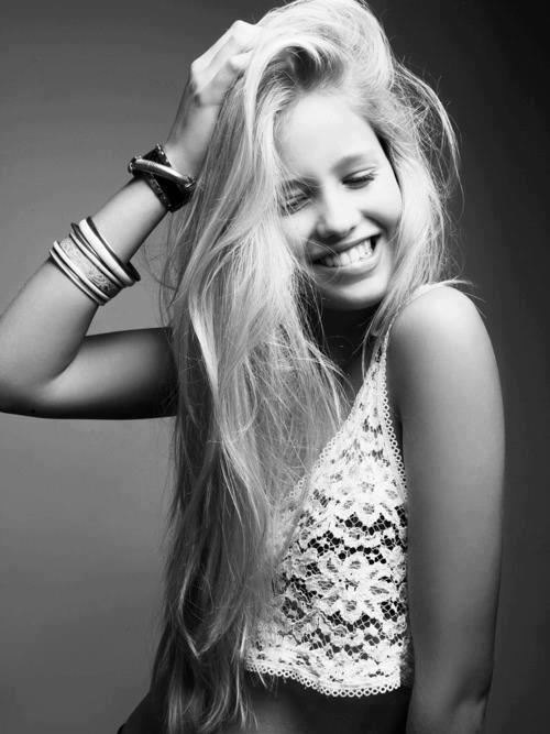 Ella llora con sonrisas y nadie se da cuenta