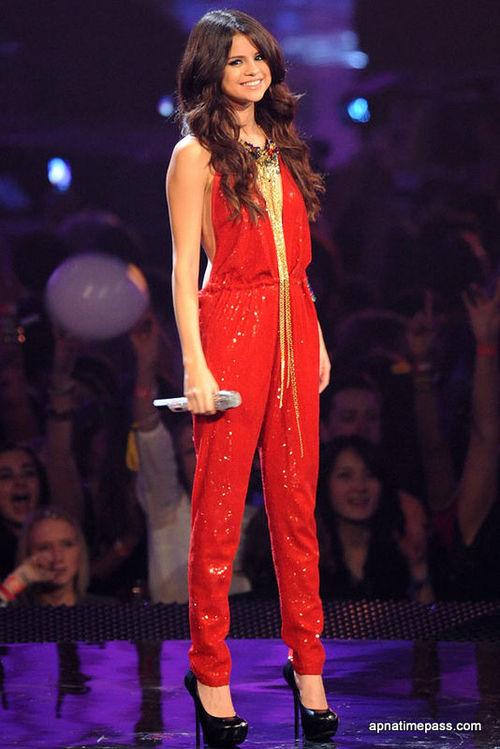 LA DAMA ESCARLATA O LA GRAN PUTA DE BABILONIA - Página 2 Selena-gomez-photos-in-red-dress-15_large