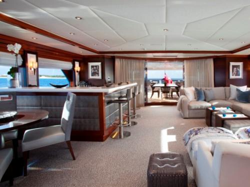Mini Bar Motor-Yacht-Blind-Dare-161-Interior-665x499_large
