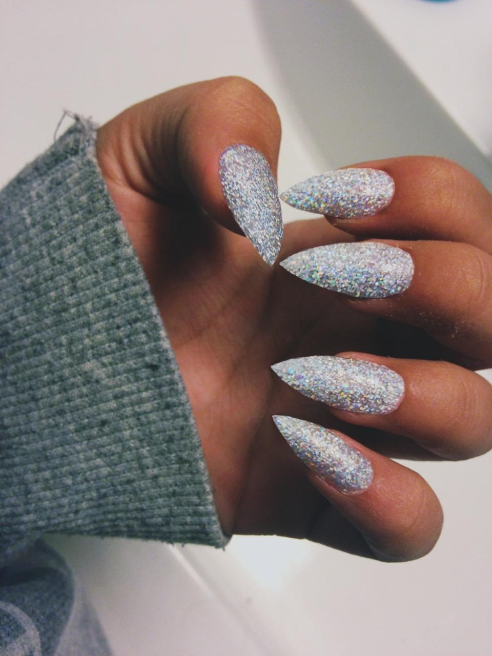 Белые ногти острые дизайн