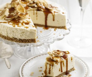 Mascarpone cheesecake with bananas and butterscotch sauce