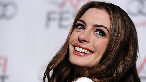 A-atriz-anne-hathaway-promove-o-filme-amor-e-outras-drogas-em-hollywood-size-598_large