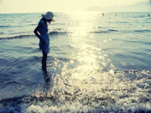 Girl-ocean-water-beach-surf-sunshine-summer-580x435_large
