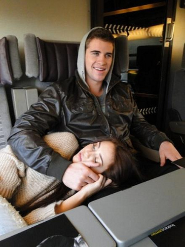 Miley-cyrus-liam-hemsworth-plane_large