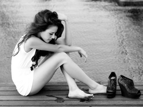 Black,,,white,girl,sitting,fashion,monett,black,and,white-1c7e33c4cb55fbef79b39c2509e0153b_h_large