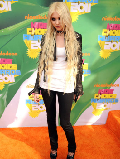 http://data.whicdn.com/images/8490630/taylor-momsen-orange-carpet-kca-2011_large.jpg?1301866767