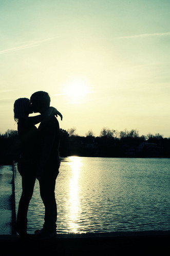 By,the,beach,coupling,kisses,silhouette-6c165fc1aa097b701e033383de6a263b_h_large