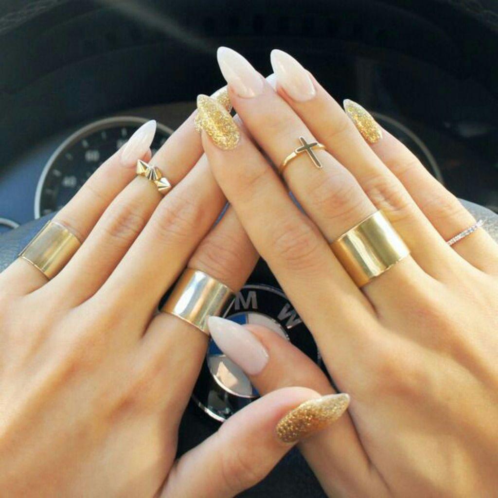 Красивый нежный маникюр на острых ногтях
