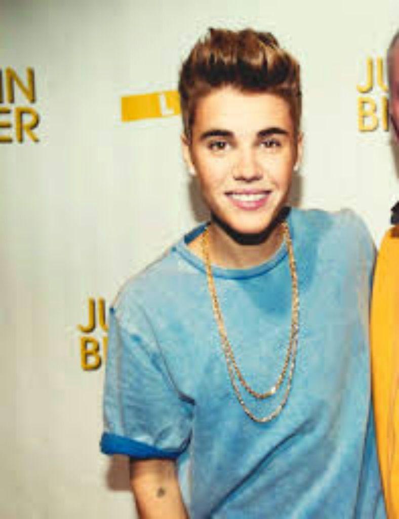 Justin Bieber Smiling 2013 Wallpaper Download